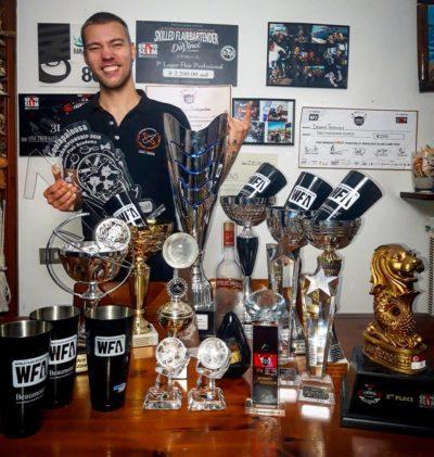 Deniss Trifanovs, trainer dei corsi flair della Flair Project, con alcuni dei sui trofei vinti